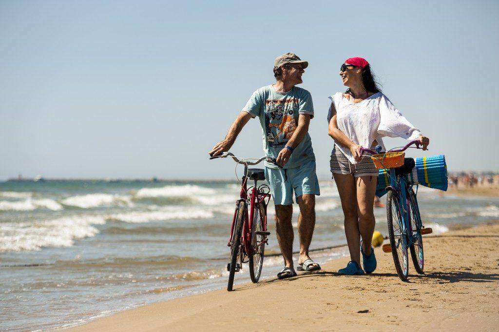 Ареналес-дель-Соль: обзор города, пляжа и жилья